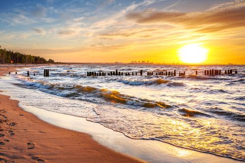 Стоять на берегу моря во сне: к чему снится?